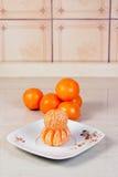 Gepelde mandarijnen op de plaat Stock Foto