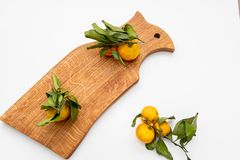 Gepelde mandarin op de schil in de vorm van een bloem op scherpe raad De ruimte van het exemplaar Het concept van het aardfruit S stock afbeelding