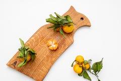 Gepelde mandarin op de schil in de vorm van een bloem op scherpe raad De ruimte van het exemplaar Het concept van het aardfruit S royalty-vrije stock foto's