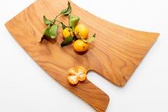 Gepelde mandarin op de schil in de vorm van een bloem op scherpe raad De ruimte van het exemplaar Het concept van het aardfruit S royalty-vrije stock fotografie