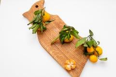 Gepelde mandarin op de schil in de vorm van een bloem op scherpe raad De ruimte van het exemplaar Het concept van het aardfruit S royalty-vrije stock afbeeldingen