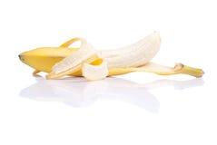 Gepelde rijpe die banaan op een witte achtergrond met reflectio wordt geïsoleerd Royalty-vrije Stock Foto