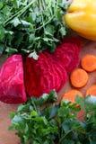 Gepelde rode bieten en verse wortelen voor salade op een houten lijst Stock Afbeeldingen