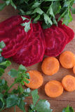 Gepelde rode bieten en verse wortelen voor salade op een houten lijst Royalty-vrije Stock Foto's