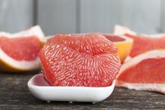 Gepelde rode grapefruit stock afbeeldingen