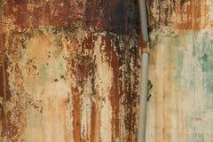 Gepelde Verf op Beschimmelde Concrete Muur met Oude Pijp - Uitstekende Tekst stock afbeelding