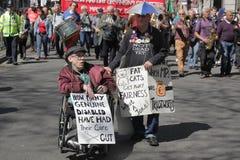 Gepensioneerden en gehandicapten tegen besnoeiingen royalty-vrije stock afbeelding
