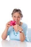 Gepensioneerdevrouw met besparingen - oudere die vrouw op witte bac wordt geïsoleerd Royalty-vrije Stock Foto