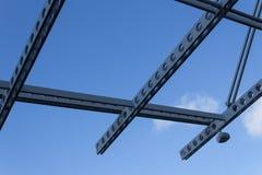 Geperforeerde luchtstralen en veiligheidscamera tegen een blauwe hemel Stock Fotografie