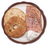 Gepfefferte geräucherte Lachse mit Bagel-und Frischkäse Stockbild
