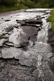 Gepflasterte Stadtstraße zerstört nach Sturm und Flut stockfotos
