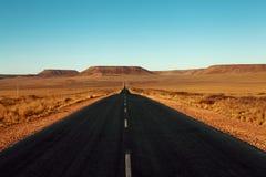 Gepflasterte Straße in der Wüste Stockbild