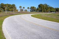 Gepflasterte Straße, die zu den Strand führt Lizenzfreie Stockfotos