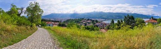 Gepflasterte Straße und schöne Ansicht in Ohrid, Mazedonien Stockbild