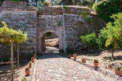 Gepflasterter Weg zum venetianischen Schloss in Zakynthos-Stadt lizenzfreie stockbilder