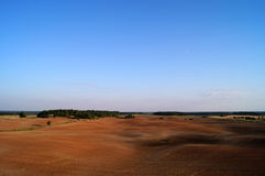 Gepflogene schwärzere Erde in der horizontalen Landschaft Lizenzfreies Stockbild
