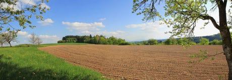 Gepflogenes Ackerland am Frühjahr, landwirtschaftliche Landschaft Stockbilder