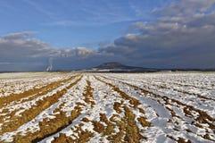Gepflogenes Ackerland im bacdrop als blauem Himmel Lizenzfreie Stockfotos
