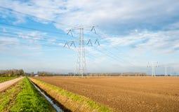 Gepflogenes Ackerland und Hochspannungslinien Stockfoto