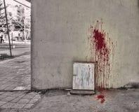 Geplätscherter Blutfleck auf weißem Hintergrund Anmerkungen und ein Baum in einem Mondschein Blut auf Wand und Boden Lizenzfreie Stockfotografie