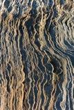 Geplätscherter Felsen neben dem Seehintergrund lizenzfreie stockfotos