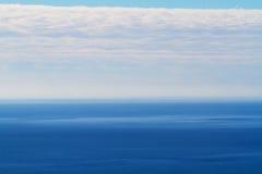 Geplätschertes Meer und bewölkter Himmel Lizenzfreie Stockfotos