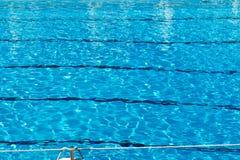 Geplätschertes Muster des Wassers in einem Swimmingpool Stockfotos