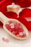 Geplaatst kuuroord: bemerkte kaars, overzeese zoute, vloeibare zeep en romantisch rood Stock Fotografie