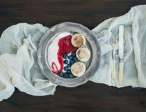 Geplaatst ontbijt: gestremde melkpannekoeken met yoghurt, vers bosbes en Ra Stock Afbeelding