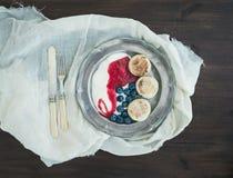 Geplaatst ontbijt: gestremde melkpannekoeken met yoghurt, verse bosbes Stock Fotografie