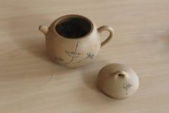 Geplaatst op de lijst van met de hand gemaakte ceramische theepot, deksel, Stock Afbeelding