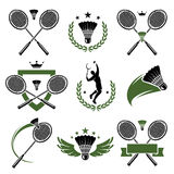 Geplaatste badmintonetiketten en pictogrammen. Vector Stock Afbeeldingen