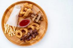 Geplaatste biersnacks, barlijst bar, meest oktoberfest voedsel stock fotografie