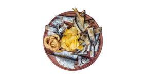 Geplaatste biersnacks De gezouten, droge vissen, de pijlinktvisringen en de chips, roteren op de scherpe raad Geïsoleerd op het w stock footage