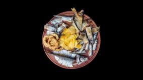 Geplaatste biersnacks De gezouten, droge vissen, de pijlinktvisringen en de chips, roteren op de scherpe raad Geïsoleerd op de zw stock footage