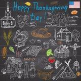 Geplaatste dankzeggingskrabbels De traditionele symbolen schetsen inzameling, voedsel, dranken, Turkije, pompoen, graan, wijn, gr Stock Afbeeldingen