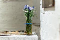 Geplaatste de lentebloemen op witte baksteenachtergrond Stock Foto