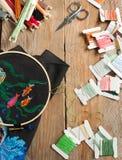 Geplaatste dwars-steek: kleurenpalet, draden, canvas Stock Foto's