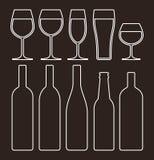 Geplaatste flessen en glazen royalty-vrije illustratie
