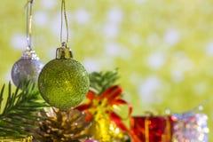 Geplaatste het elementengroep van Kerstmisballen en gouden groene achtergrond Stock Foto's
