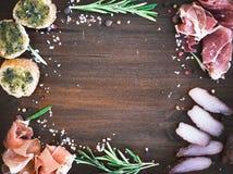 Geplaatste het voorgerecht van het wijnvlees: prosciutto, serrano en genezen lamsvlees royalty-vrije stock fotografie