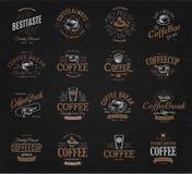 Geplaatste koffie uitstekende emblemen Vers gebrouwen cafeïne donkere drank logotype Premiegoederen latte en retro espressozaken royalty-vrije illustratie