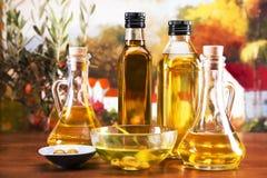 Geplaatste olijfolie en olijven Royalty-vrije Stock Foto's