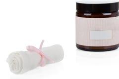 Geplaatste schoonheidsmiddelen: Organische Mousseline reinigende doeken en room Royalty-vrije Stock Fotografie