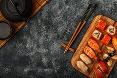Geplaatste sushi: sushi en sushibroodjes op houten plaat Royalty-vrije Stock Foto's