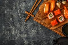Geplaatste sushi: sushi en sushibroodjes op houten plaat Royalty-vrije Stock Foto