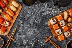 Geplaatste sushi: sushi en sushibroodjes op houten plaat Stock Afbeeldingen