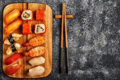 Geplaatste sushi: sushi en sushibroodjes op houten plaat Royalty-vrije Stock Fotografie