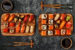 Geplaatste sushi: sushi en sushibroodjes op houten plaat Royalty-vrije Stock Afbeelding