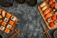 Geplaatste sushi: sushi en sushibroodjes op houten plaat Royalty-vrije Stock Afbeeldingen